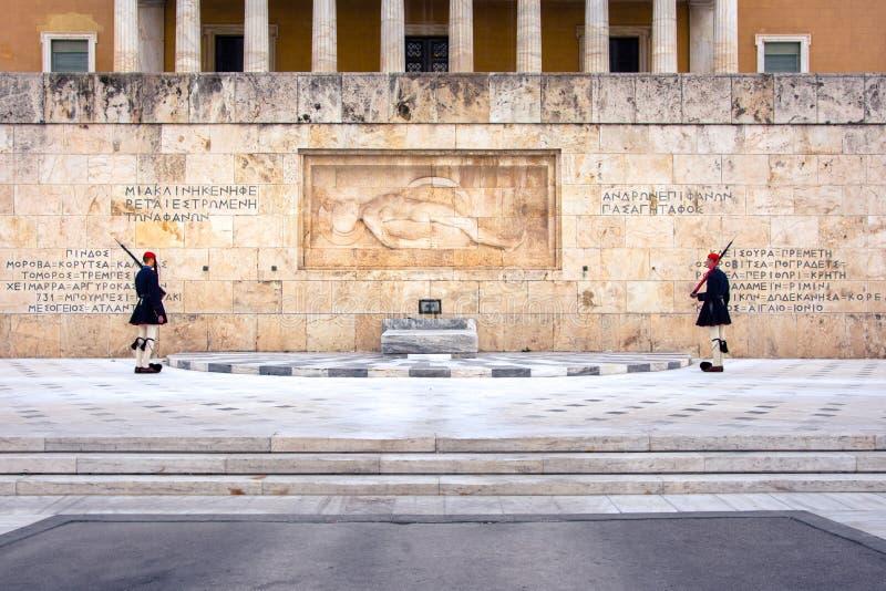 Evzones na frente do túmulo do soldado desconhecido no quadrado do Syntagma imagens de stock