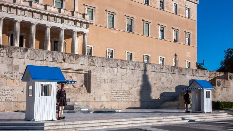 Evzones - prezydenccy ceremoniałów strażnicy w grobowu Niewiadomy żołnierz przy Greckim parlamentem obrazy royalty free