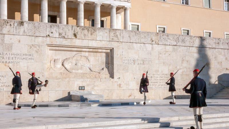 Evzones - prezydenccy ceremoniałów strażnicy w grobowu Niewiadomy żołnierz przy Greckim parlamentem obraz stock