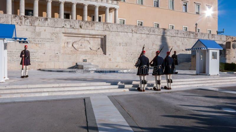 Evzones - prezydenccy ceremoniałów strażnicy w grobowu Niewiadomy żołnierz przy Greckim parlamentem zdjęcie royalty free