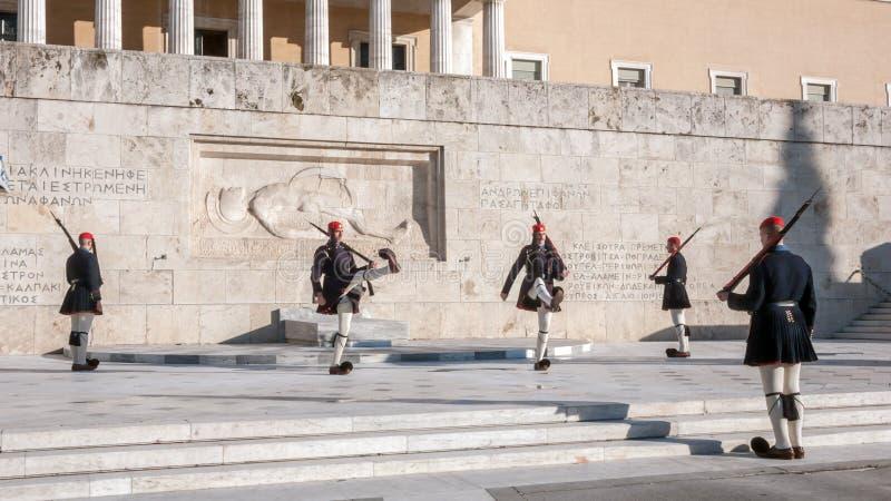 Evzones - prezydenccy ceremoniałów strażnicy w grobowu Niewiadomy żołnierz przy Greckim parlamentem zdjęcia royalty free