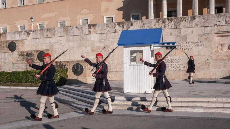 Evzones - prezydenccy ceremoniałów strażnicy w grobowu Niewiadomy żołnierz przy Greckim parlamentem zdjęcie stock