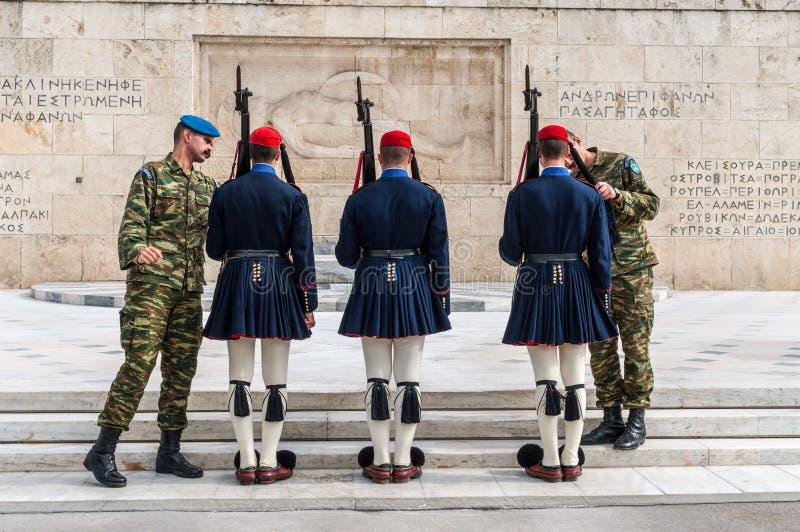 Evzones prezydenccy ceremonialni strażnicy chronią grobowa Niewiadomy żołnierz przy Greckim parlamentu budynkiem zdjęcia stock