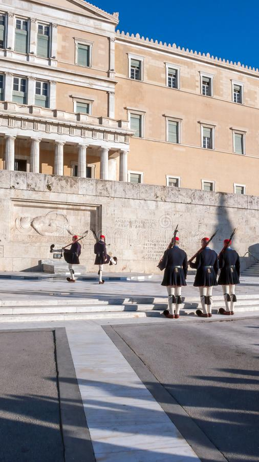 Evzones - protetores presidenciais do ceremonial no túmulo do soldado desconhecido no parlamento grego foto de stock