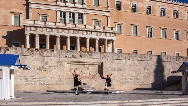 Evzones - protetores presidenciais do ceremonial no túmulo do soldado desconhecido no parlamento grego fotografia de stock