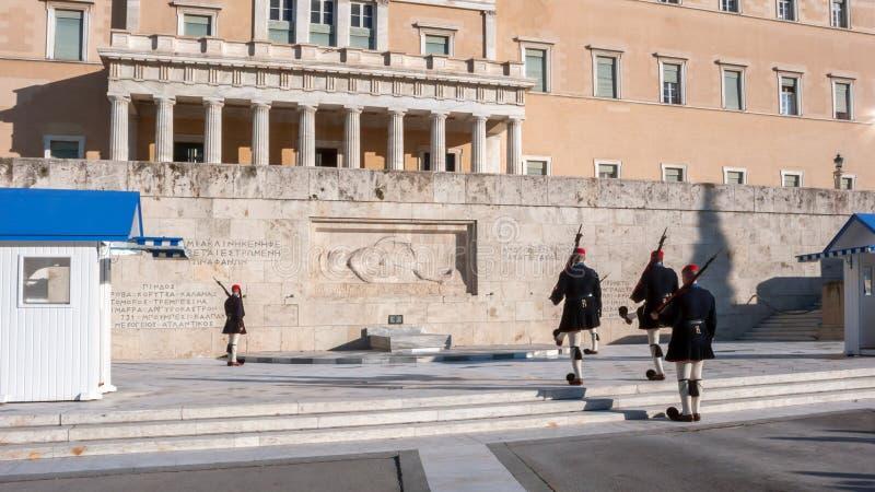 Evzones - protetores presidenciais do ceremonial no túmulo do soldado desconhecido no parlamento grego imagens de stock royalty free