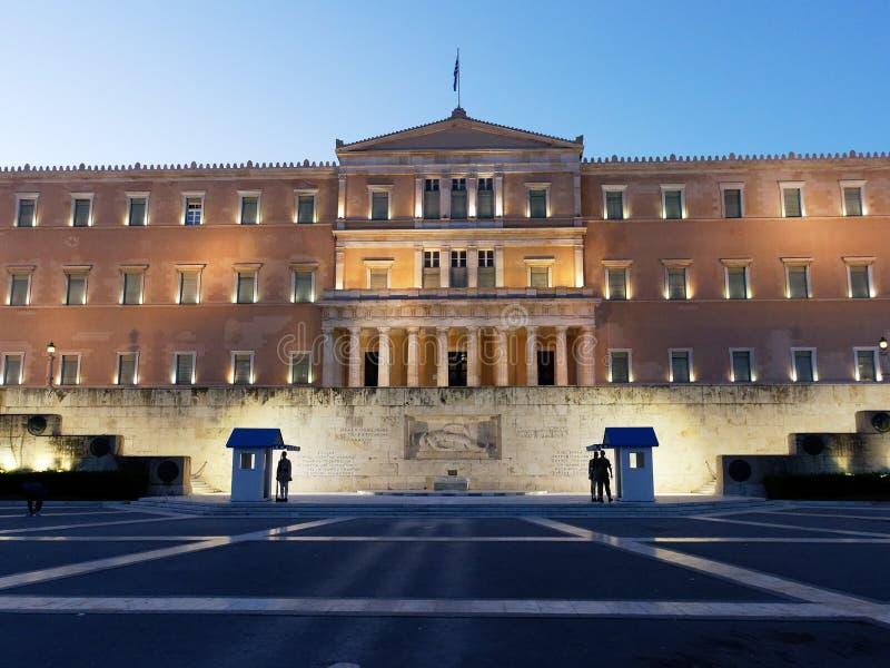 Evzones que guarda o t?mulo de soldado desconhecido, casa grega do parlamento, Atenas, Gr?cia imagem de stock