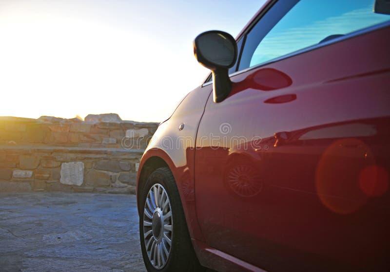 ew Фиат 500 припарковал морем стоковая фотография rf