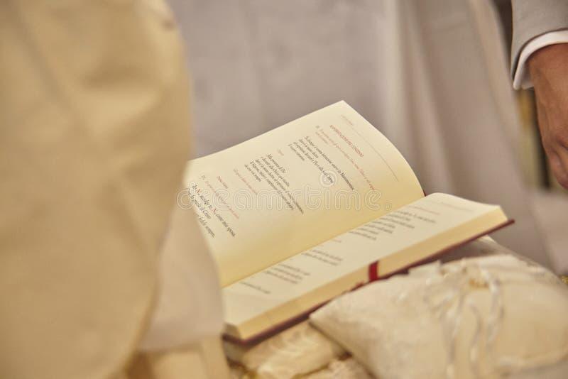 Ewangelia trzymająca up księdzem obrazy stock