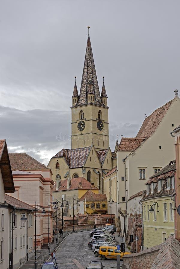Ewangelicki Katedralny Sibiu Rumunia wierza na szarym niebie fotografia stock