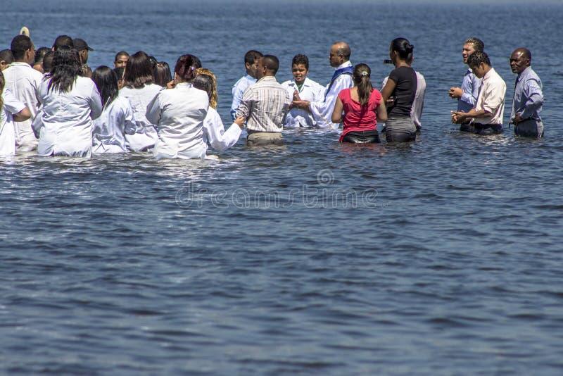 Ewangelicki kaznodziei ochrzczenie w wodzie zdjęcia stock