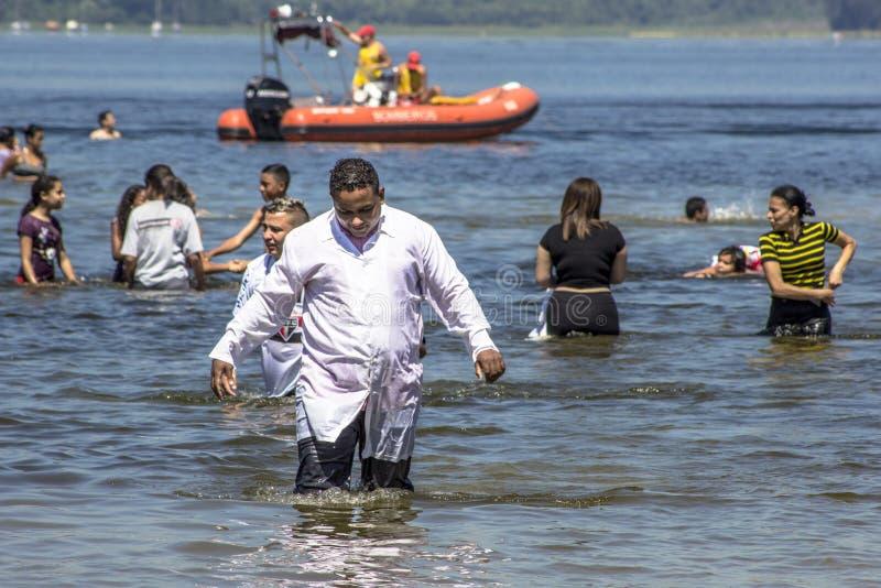 Ewangelicki kaznodziei ochrzczenie w wodzie fotografia stock