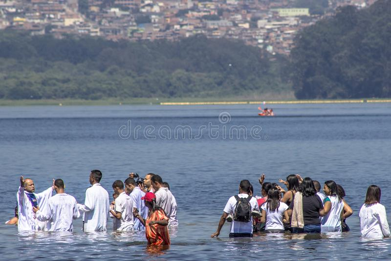Ewangelicki kaznodziei ochrzczenie w wodzie fotografia royalty free