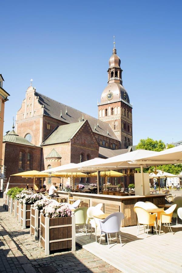 Ewangelicki - Luterańska katedra w Ryskim Kawiarnia na kwadracie przed nim obrazy royalty free
