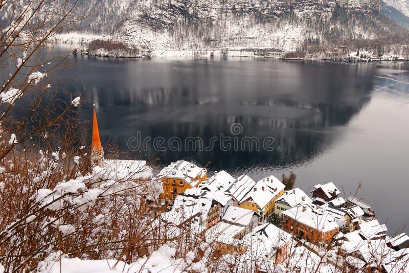 Ewangelicki steeple i Hallstatt wioska wzdłuż Hallstaetter jeziora w Austria obrazy stock