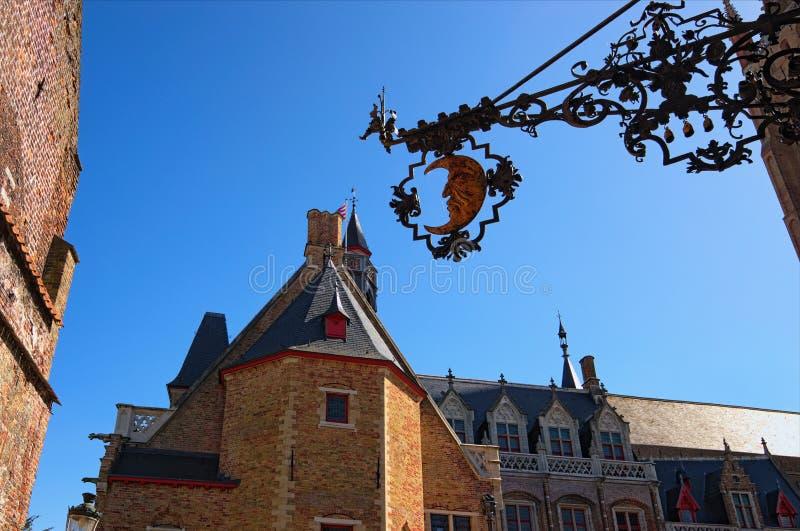 Ewidencyjnej ramy kierunku talerz, ozdobny sztandar z półksiężyc księżyc Piękny tradycyjny dom w miasteczku Bruges zdjęcie stock