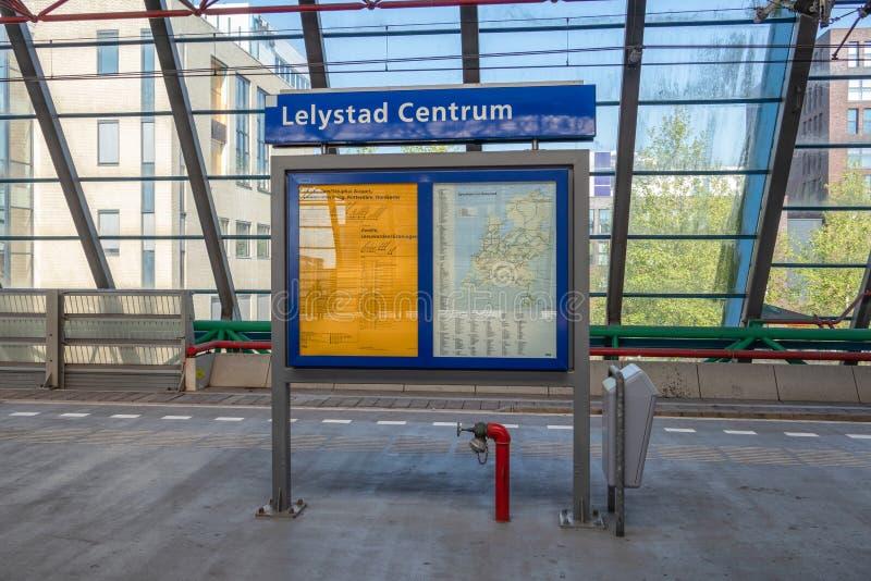 Ewidencyjny panel przy estradową stacją kolejową Lelystad holandie obrazy royalty free