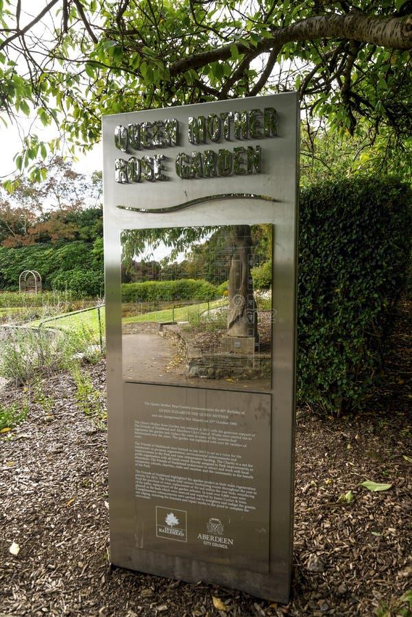 Ewidencyjny stojak przy wejściem odnawiący królowej matki ogród różany w Hazlehead parku, Aberdeen, Szkocja fotografia stock