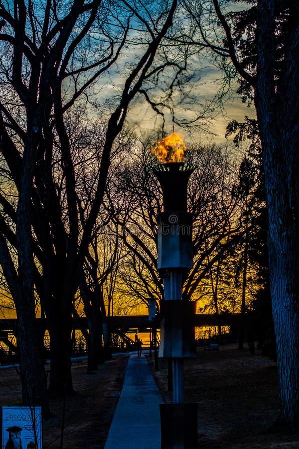 Ewige Flamme bei Sonnenuntergang stockbild