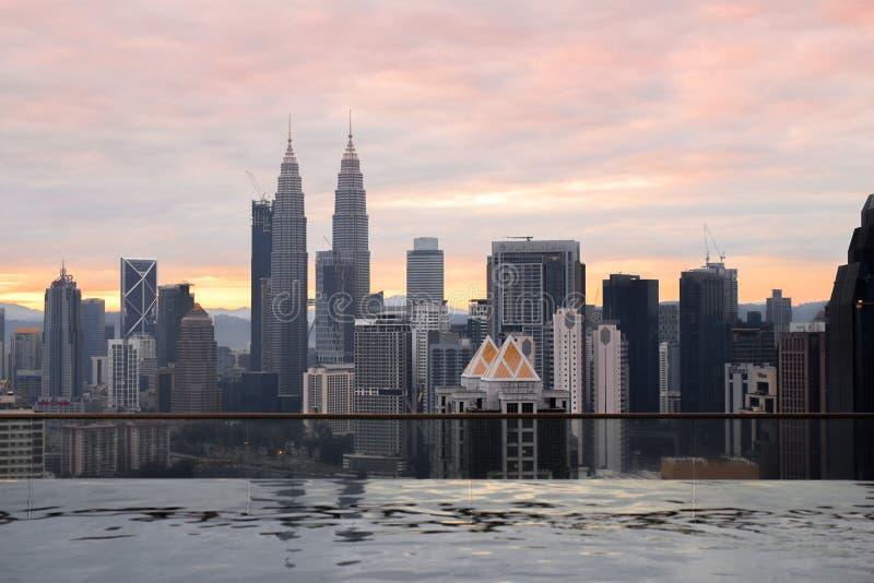 Ewigkeitspool mit einer Stadtansicht über Kuala Lumpur, Malayisa stockbilder