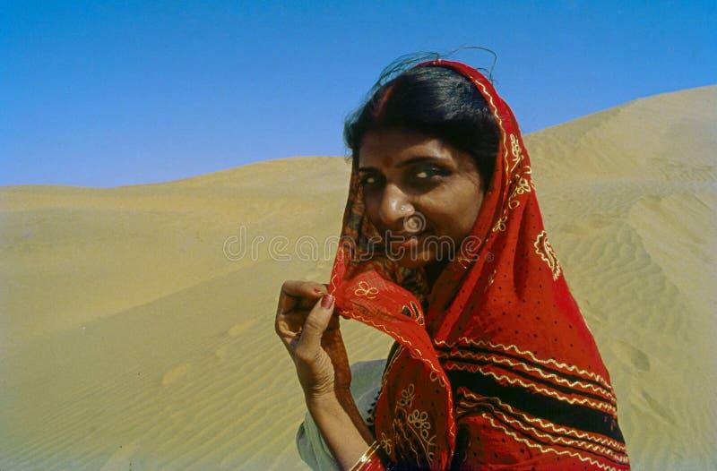 Ewly casó la duna de arena del jaisalmer de las mujeres jovenes Rajasthán la India fotos de archivo