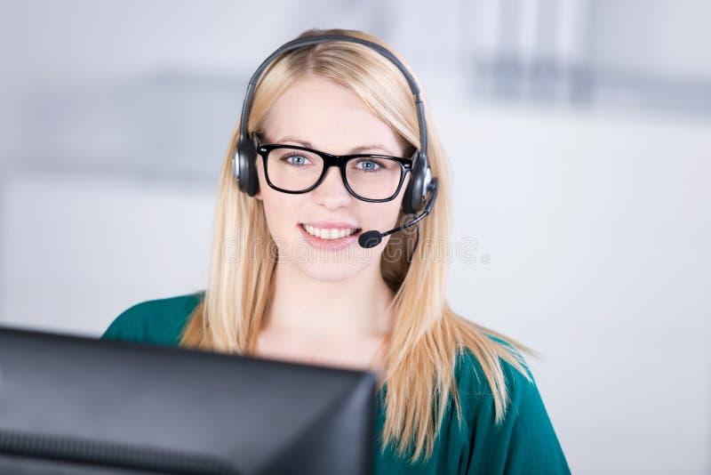 Exécutif femelle de service client parlant du casque image libre de droits