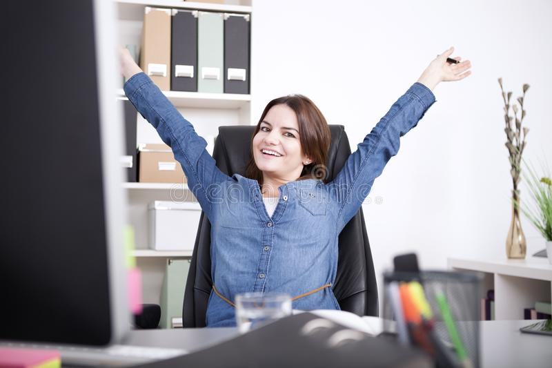 Exécutif femelle heureux étirant ses bras photos stock
