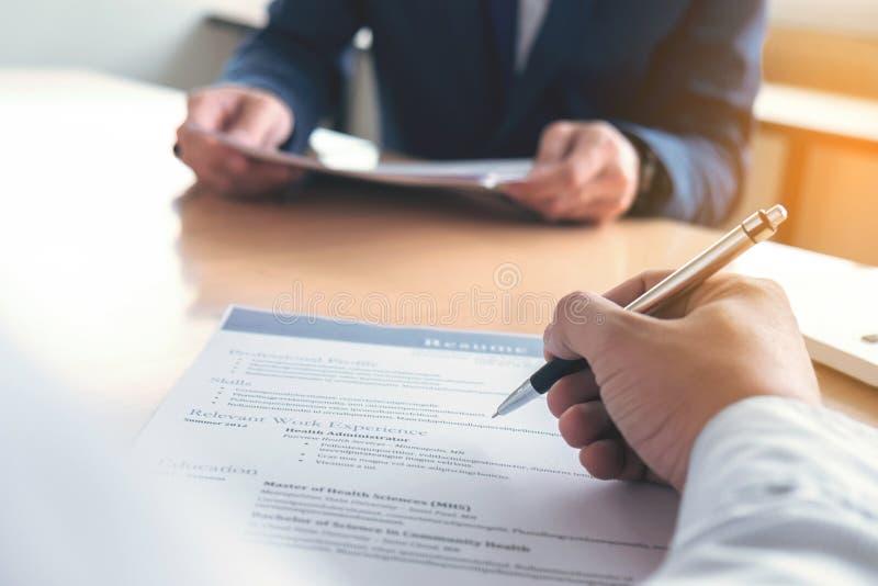 Exécutif lisant un résumé pendant une entrevue d'emploi et un businessma photos stock