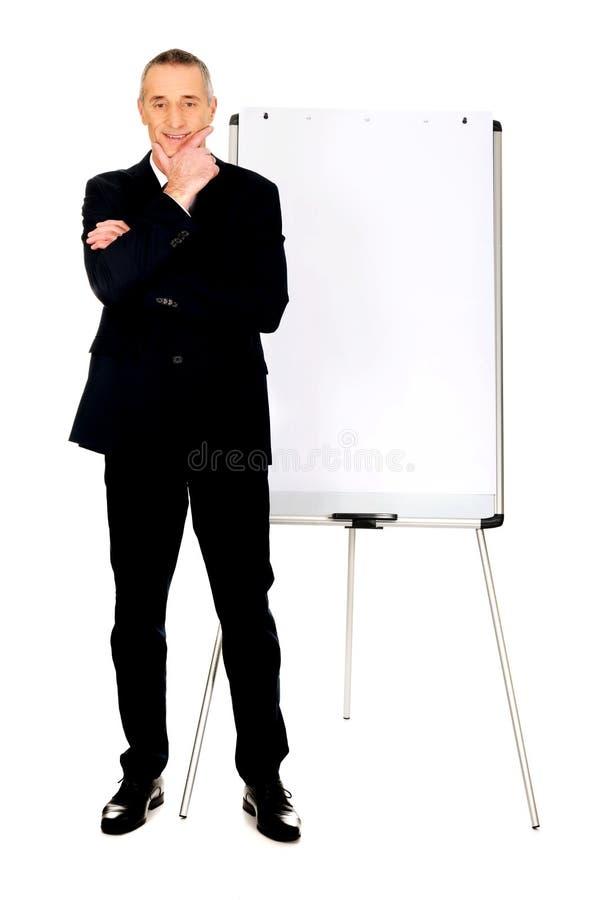 Exécutif masculin tenant le tableau de conférence proche photographie stock libre de droits
