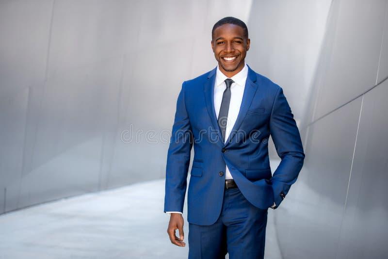 Exécutif moderne chic élégant de costume de style, modèle commercial masculin d'afro-américain, marchant au lieu de travail éléga images libres de droits