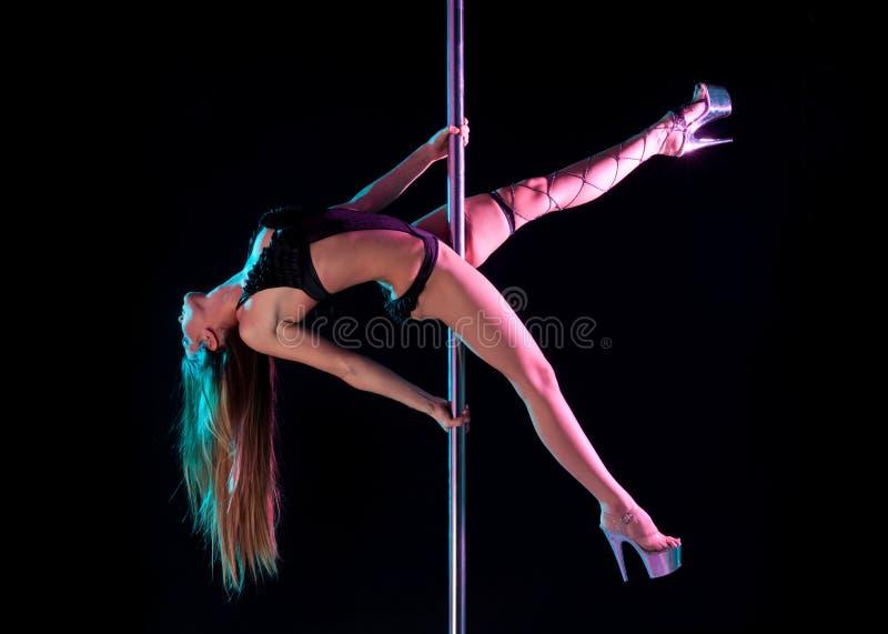 Exécution attrayante de danseur de pôle de femme image libre de droits