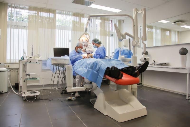 Exécution dans la clinique dentaire image stock
