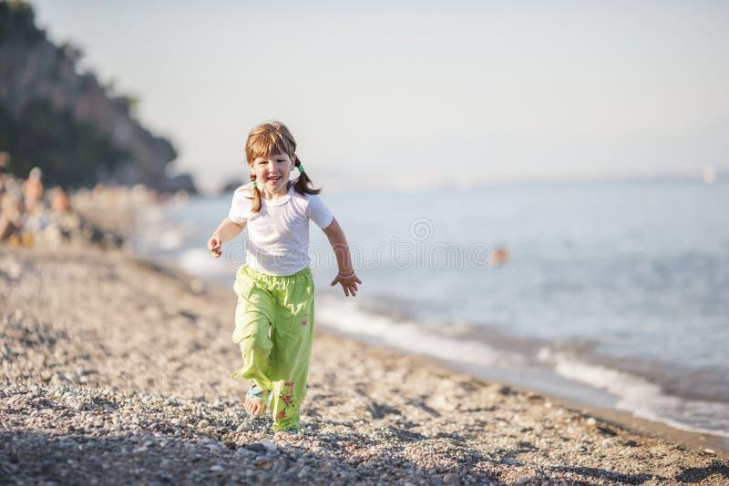 Exécution sur la plage image libre de droits
