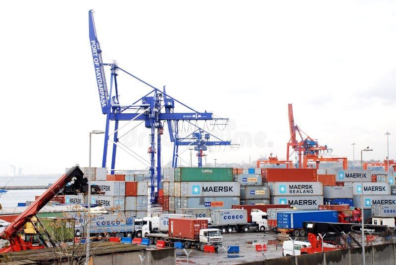 Exécutions de cargaison sur un navire porte-conteneurs images libres de droits