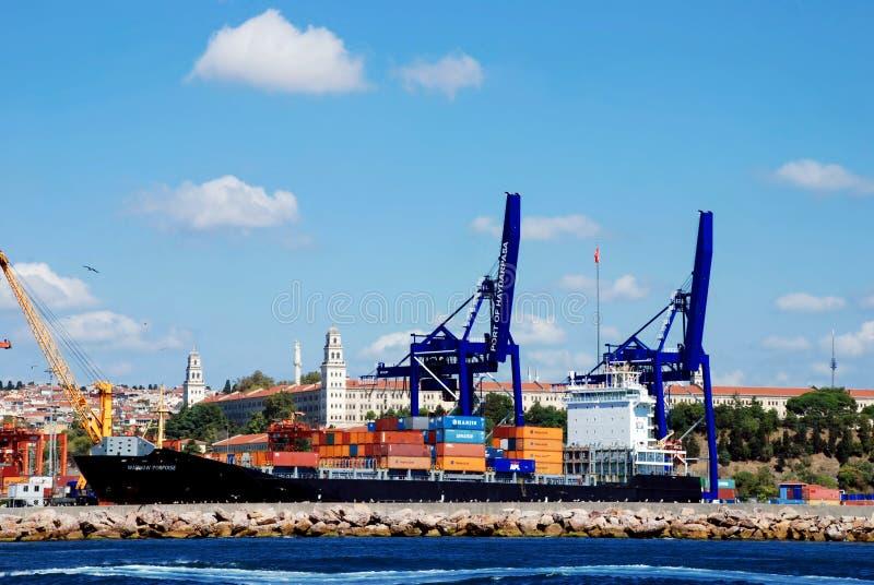 Exécutions de cargaison sur un navire porte-conteneurs photo libre de droits