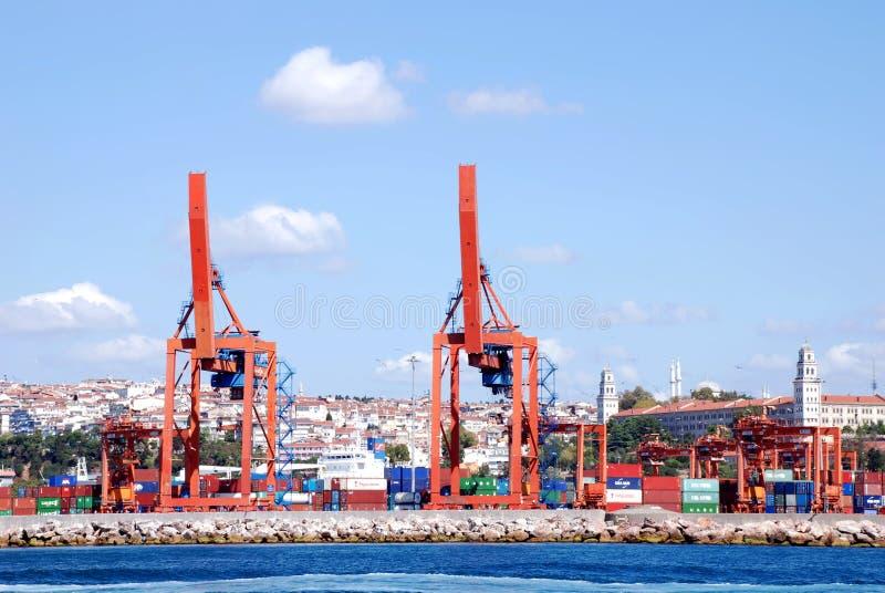 Exécutions de cargaison sur un navire porte-conteneurs photographie stock libre de droits