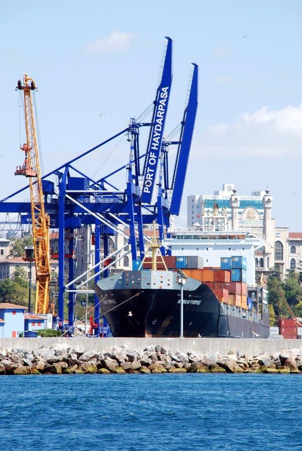 Exécutions de cargaison sur un navire porte-conteneurs images stock