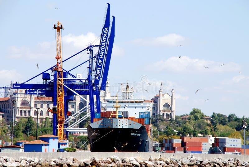 Exécutions de cargaison sur un navire porte-conteneurs photos stock
