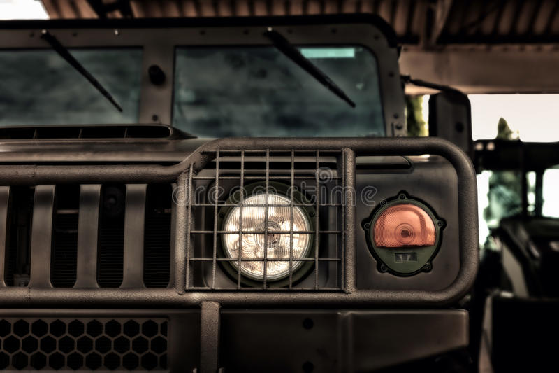 Exército dos EUA Hummer fora do carro da estrada na luz do dia foto de stock royalty free