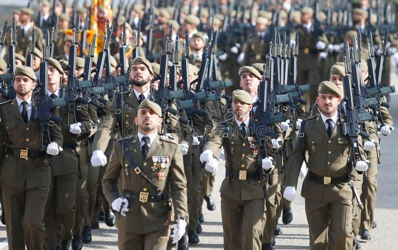 Exército espanhol que marcha durante a parada imagens de stock royalty free