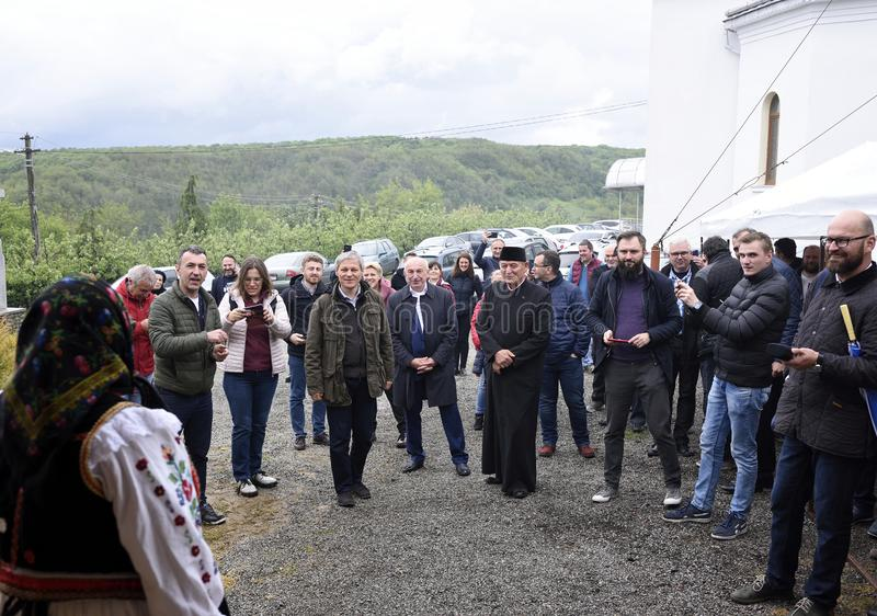 Ex Premierminister von Rumänien Dacian Ciolos lud zu Badacin-Dorf, Salaj-Land, Rumänien ein stockfotos