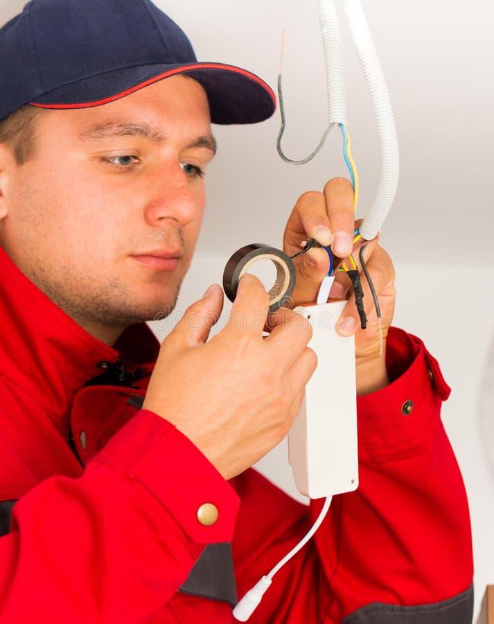 Exakt elektrisk installation fotografering för bildbyråer