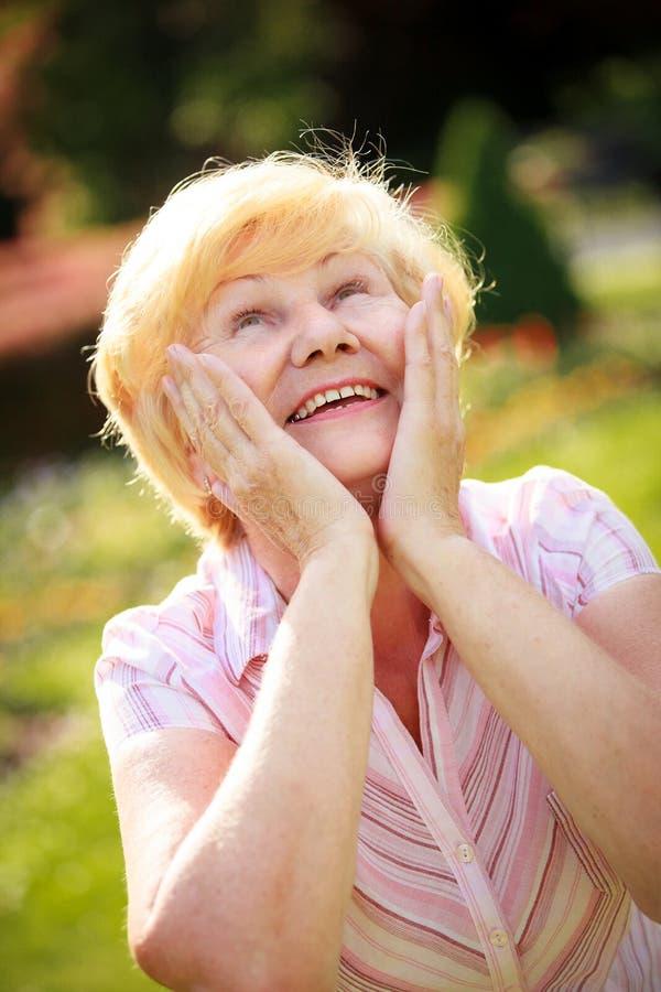 Exaltação. Êxtase. Glad Grey-Haired Senior Woman Looking surpreendida acima imagens de stock royalty free