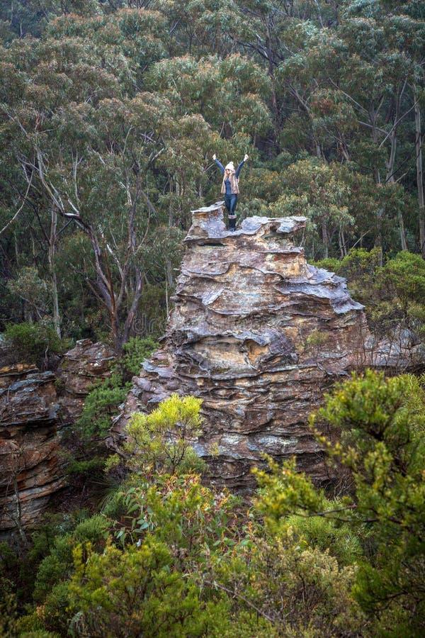 Exaltation de randonneur après la montée d'une pagoda en montagnes photo stock