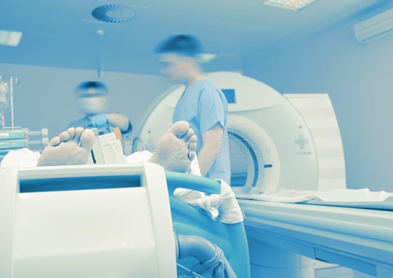 Exame de um paciente criticamente doente à varredura do CT foto de stock royalty free