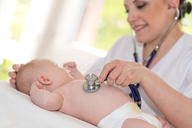 Exame do bebê com estetoscópio fotos de stock