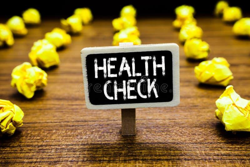Exame médico completo do texto da escrita O bem-estar do exame médico do significado do conceito e o quadro-negro da inspeção do  imagens de stock
