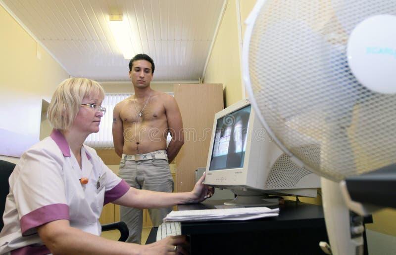 Exame médico no centro do recrutamento imagens de stock