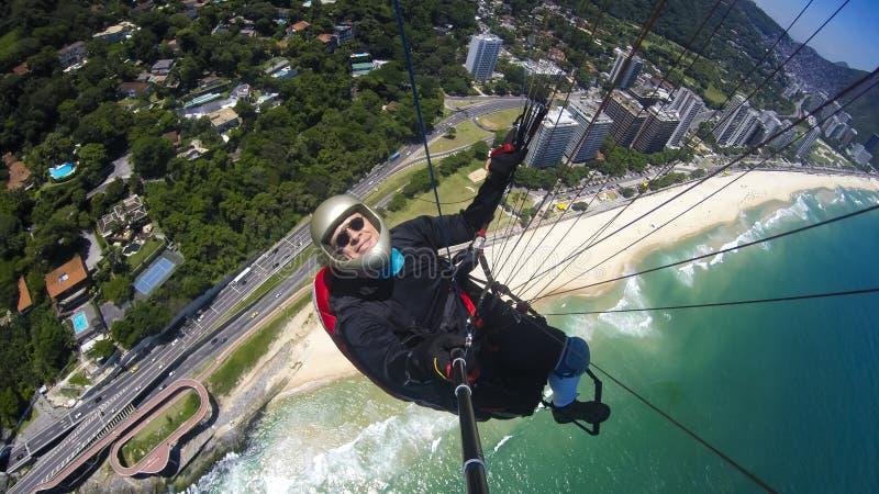Exame pobre que pilota seu próprio paraglider imagens de stock