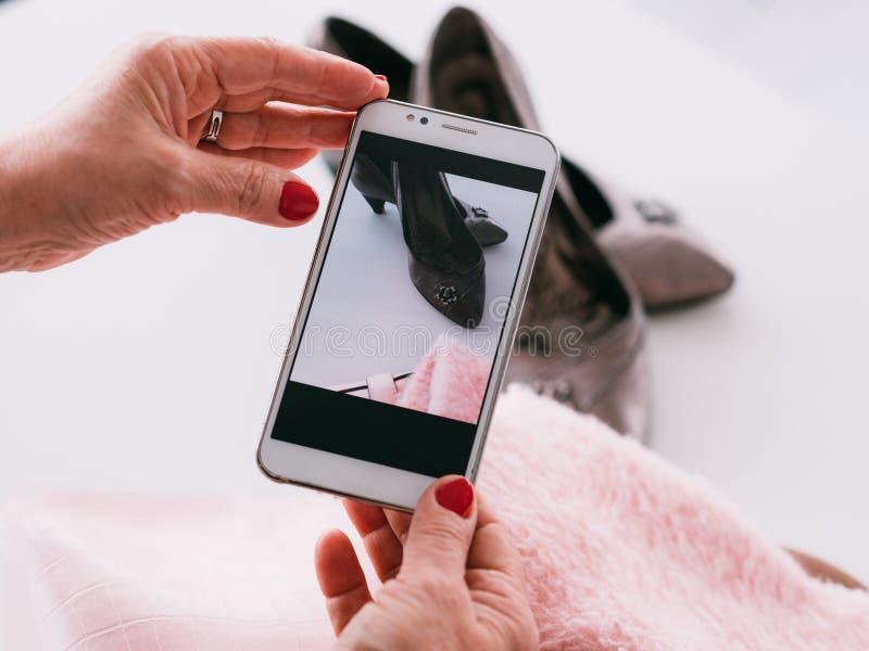 Examen à la mode d'équipement de mode de dame supérieure de blogger photos libres de droits